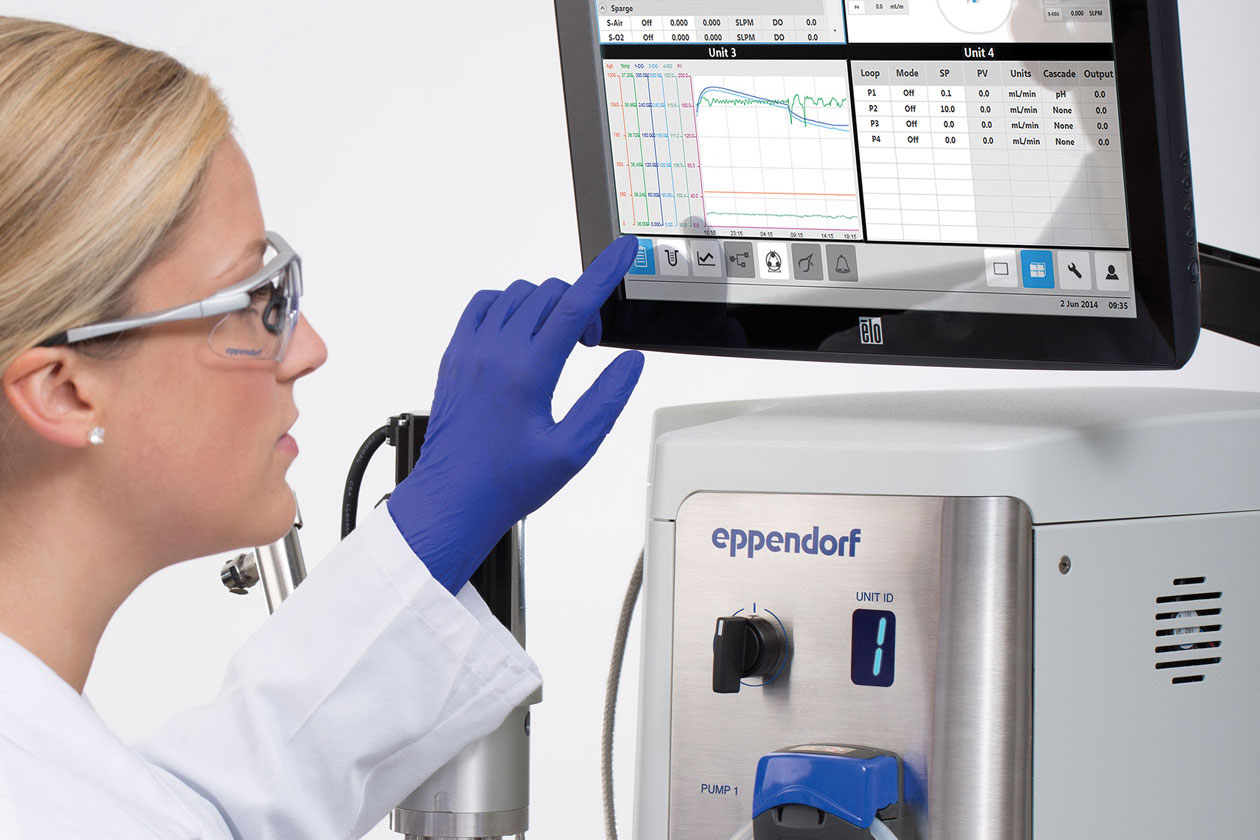 Scientist programs a bioprocess system of Eppendorf by benefiting from the intuitive and erginomic interface.