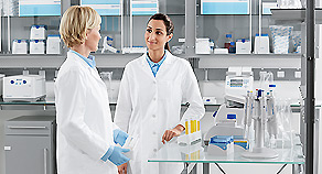 Two female scientists in the lab for ergonomic lab workflows