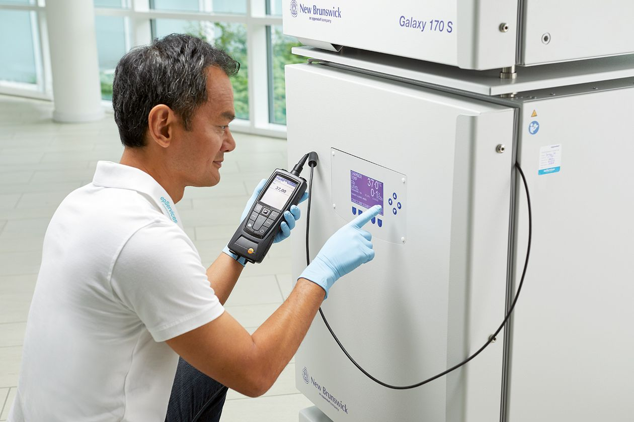 Eppendorf Lab expert executing CO2 incubator calibration service
