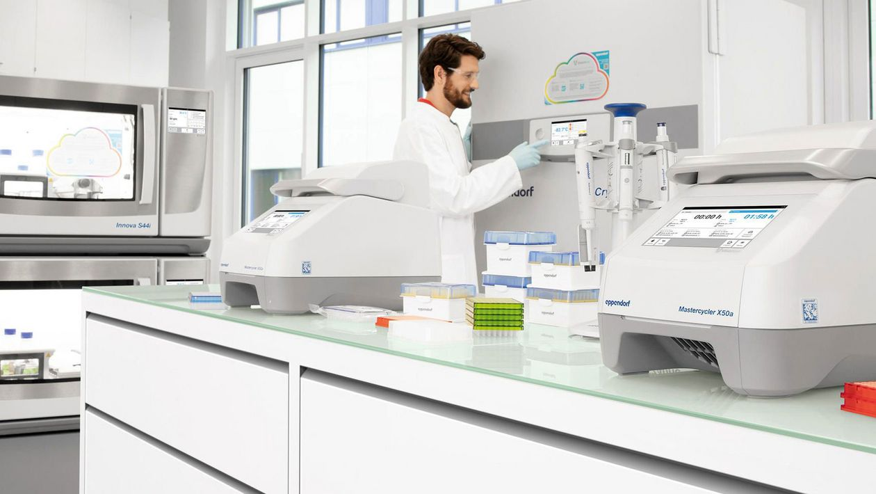 Man monitoring the laboratory using the VisioNize® digital lab device software