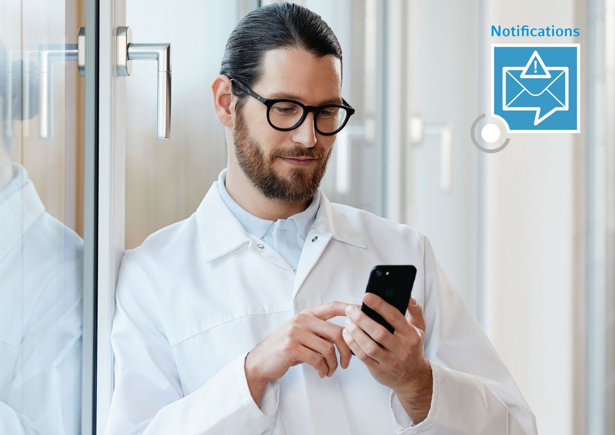 Man using the laboratory monitoring system VisioNize® from his phone.