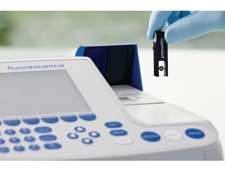 Scientist puts Eppendorf µCuvette G1.0 into photometer