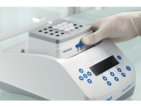 Eppendorf SmartBlock removal by pressing the lever (Step 1)