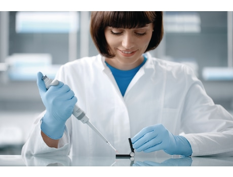 Scientist filling the Eppendorf µCuvette G1.0 with a sample