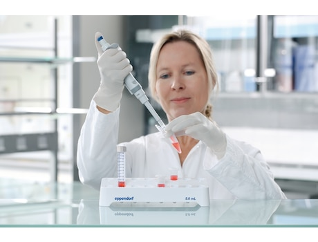 Image – Tubes 5 mL woman in lab, filling tube