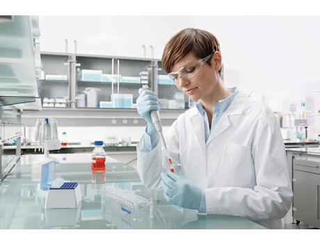 Image – Reference 2 woman in lab pipetting, pipette 100 - 1000 µL, tube