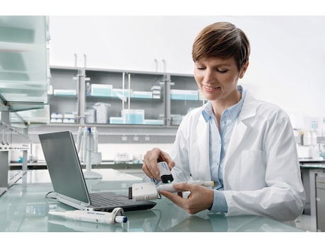 Image – Reference 2 woman in lab, Track It, reading datas, multi-channel pipette