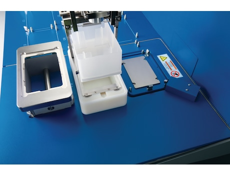 Loaded and unloaded with the gripper, the vacuum station adapts automatically to any filter plate type. Also available as 5075vt with Eppendorf ThermoMixer
